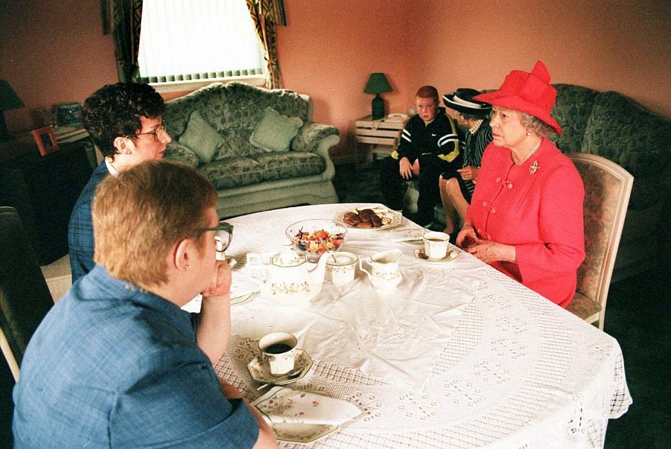 Екатерина II пьет чай из чайного сервиза